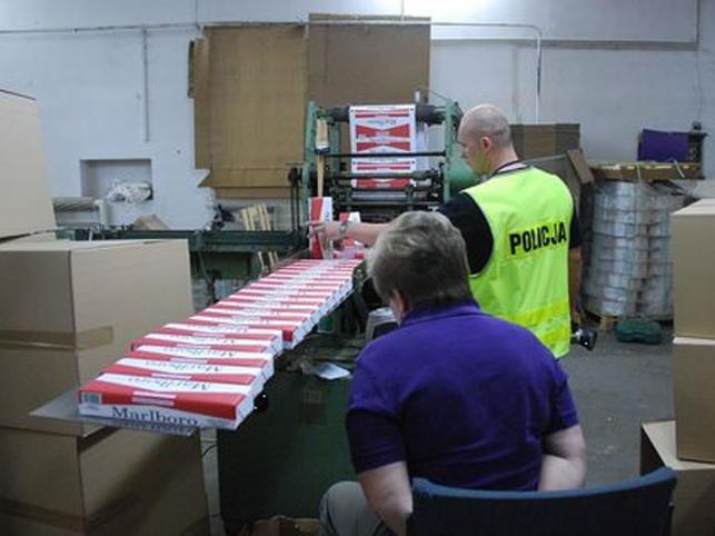 Funkcjonariusze znaleźli w budynku 8,5 miliona sztuk papierosów i 22 tony tytoniu