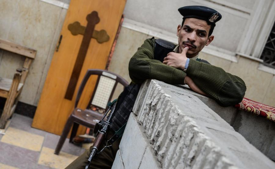 Egipski funkcjonariusz sił porządkowych strzeże kościoła