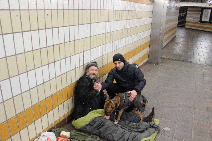 Michał Łebski z bezdomnym Polakiem w Londynie / fot. Michał Łebski