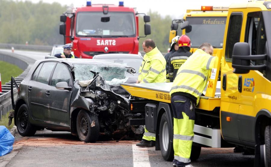 Do czołowego zderzeniu auta osobowego z busem doszło, 3 maja. rano w Mierzęcicach (Śląskie) na drodze ekspresowej S1 wiodącej w kierunku lotniska w Pyrzowicach. Busem podróżowało 18 osób, trzy z nich zostały ciężko ranne. Zginął kierowca samochodu osobowego
