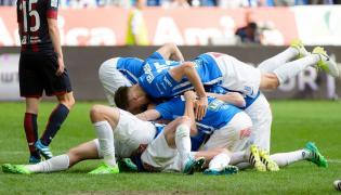Piłkarze Lecha Poznań cieszą się z gola Łukasza Trałki podczas meczu grupy mistrzowskiej Ekstraklasy z Pogonią Szczecin