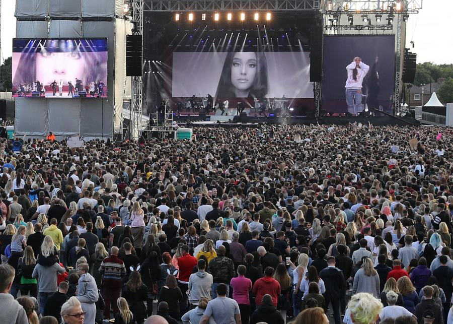 Ariana Grande podczas koncertu One Love w Manchesterze