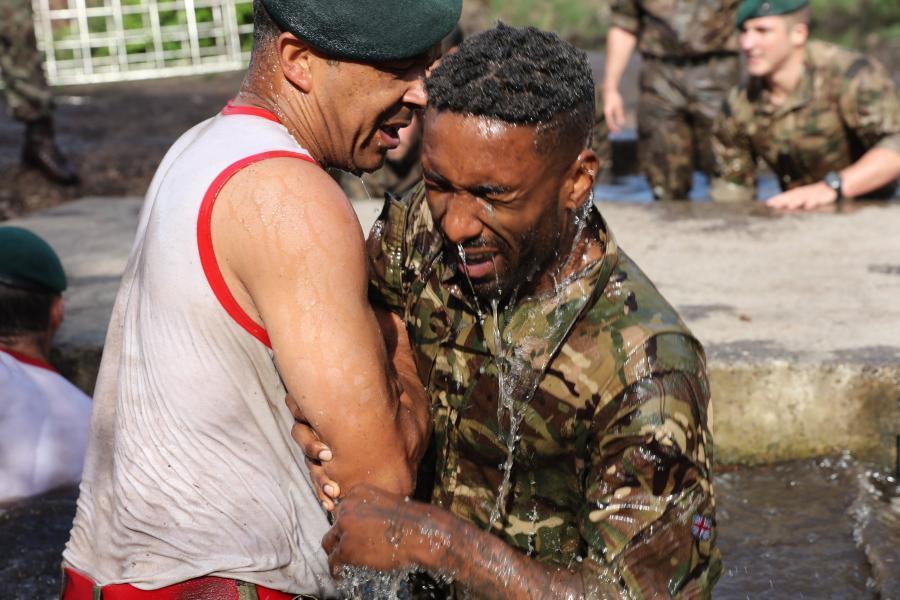 """Żołnierze British Royal Marine """"trenowali"""" piłkarzy reprezentacji Anglii"""