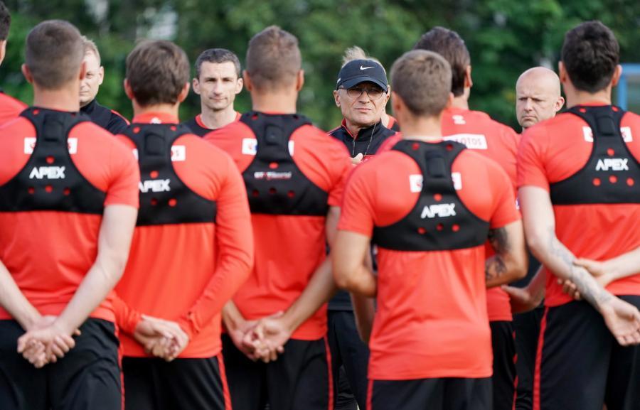 Selekcjoner piłkarskiej reprezentacji Polski Adam Nawałka (C) podczas treningu kadry w Warszawie
