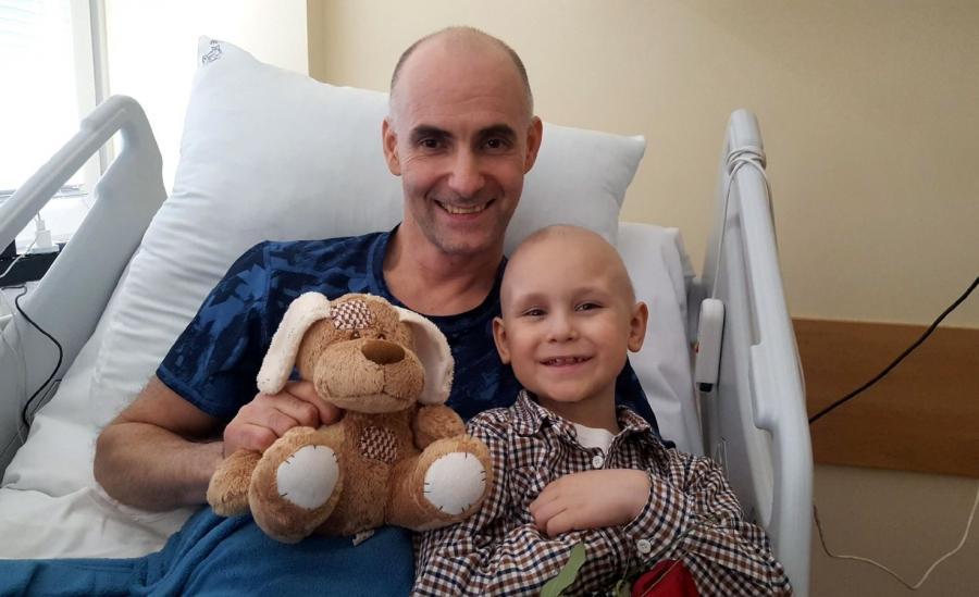 Siedmioletni Michał, który choruje na rozległy nowotwór tkanek miękkich podczas spotkania z Tomaszem Gollobem