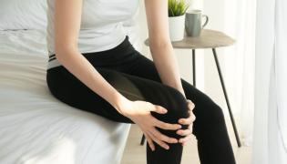 Kobietę boli noga