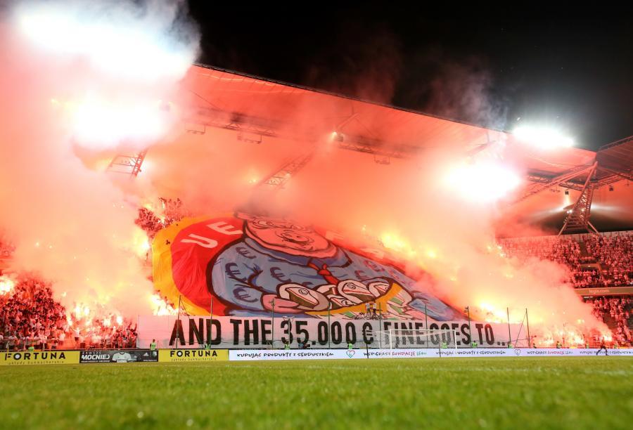 Oprawa meczowa kibiców Legii Warszawa przed spotkaniem 4. rundy eliminacyjnej piłkarskiej Ligi Europejskiej z Sheriff Tiraspol