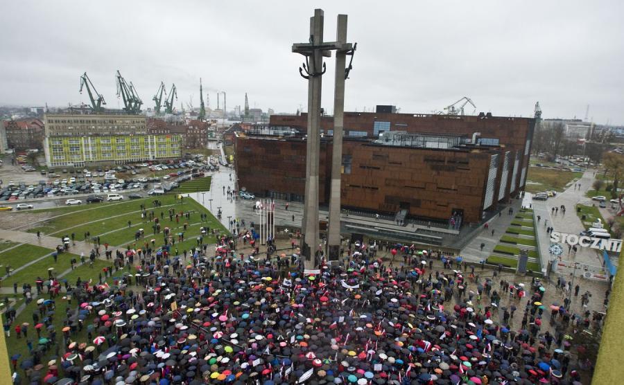 Manifestacja KOD na Pl. Solidarności w Gdańsku