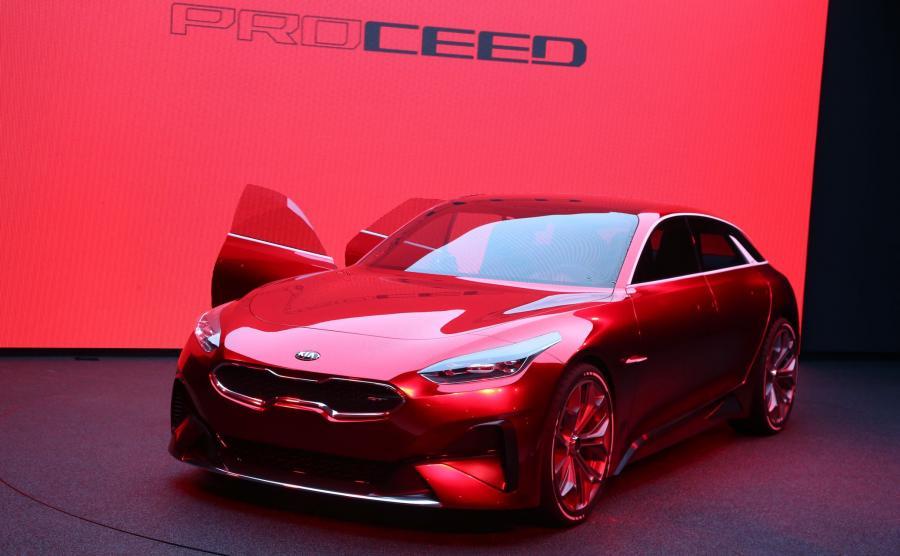 Kia Proceed Concept - pokazany w 2017 roku we Frankfurcie prototyp pomalowano w kolorze Lava Red, który osiągnięto przez połączenie 19 warstw ręcznie nakładanego lakieru