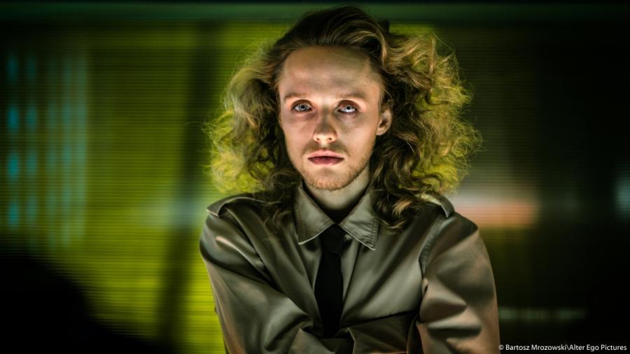 """Bartosz Bielenia w filmie """"Człowiek z magicznym pudełkiem""""; fot. Bartosz Mrozowski/Alter Ego Pictures"""
