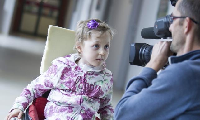 O krok od śmierci. 6-letnia Laura upadła na widły, wbiły jej się w głowę
