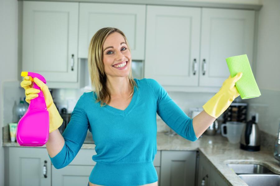 Kobieta sprząta kuchnię