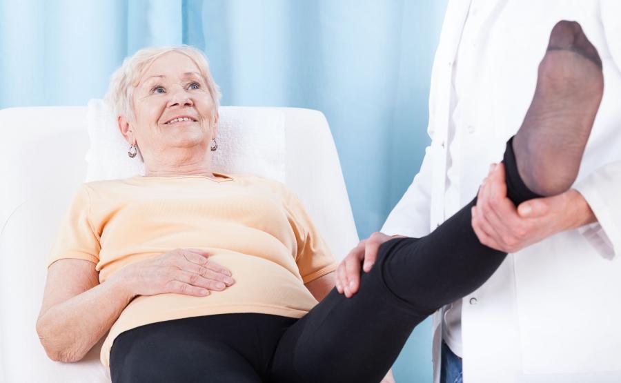 Starsza kobieta na rehabilitacji