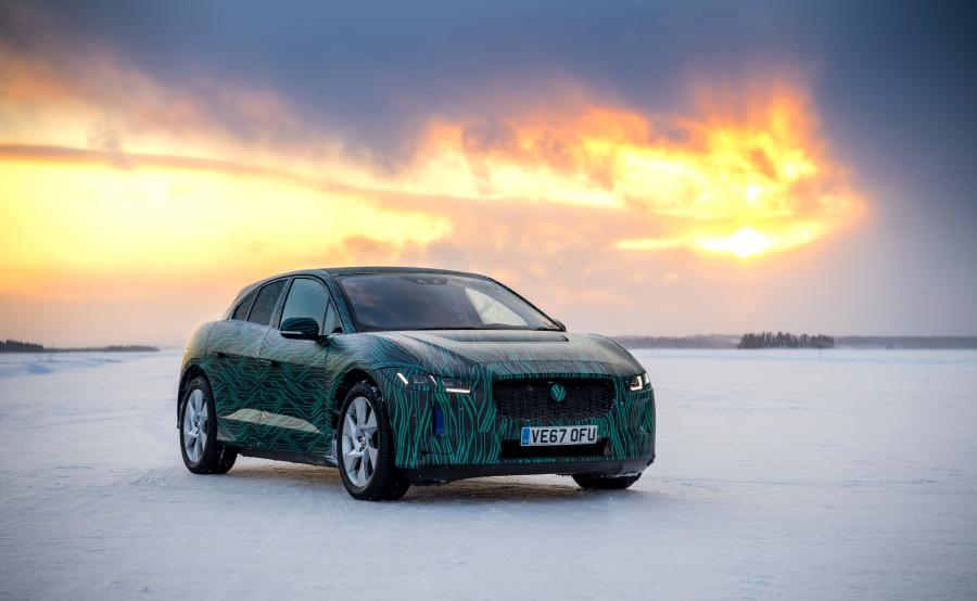 Ludzie z Jaguara twierdzą, że I-Pace o długości 4680 mm łączy sylwetkę supersamochodu z osiągami auta sportowego oraz wszechstronnością pięciomiejscowego SUV-a