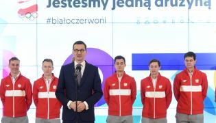 Premier Mateusz Morawiecki (3L) podczas spotkania z kadrą skoczków narciarskich, w składzie od lewej: Piotr Żyła, Stefan Hula, Maciej Kot, Kamil Stoch oraz trener Stefan Horngacher