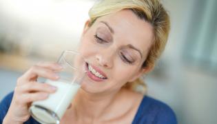 Kobieta trzyma szklankę mleka