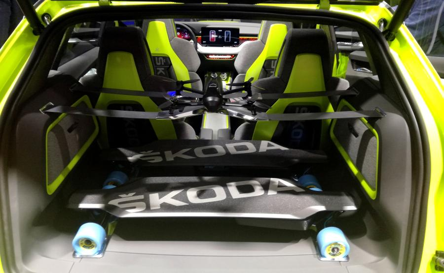 Bagażnik Skody Vision X wyposażono w specjalne uchwyty na dwie elektryczne deskorolki. W samochodzie są też dwa kaski i dron z kamerą. Dodatkowo, w ochraniaczach foteli kierowcy i pasażera wbudowano ochraniacze na szyję i plecy deskorolkarza. W konsoli środkowej zintegrowano dwa bidony
