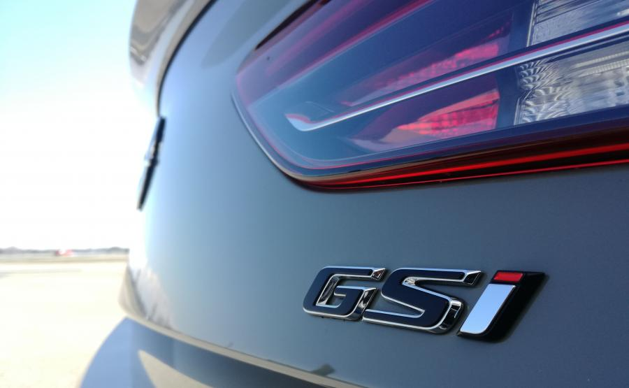 Przez ostatnie 20 lat sportowe modele Opla kojarzyły się ze skrótem OPC (Opel Performance Center) – kierowcy w Polsce mogą znać te auta np. ze spotkań z policją, która na nioznakowane radiowozy kupowała poprzednią Insignię OPC. Teraz niemiecki producent wprowadza nową Insignię GSi i zostawia otwarte drzwi dla ostrzejszej odmiany OPC