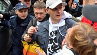 Tomasz Komenda, witany przez rodzinę, wychodzi z aresztu śledczego we Wrocławiu.