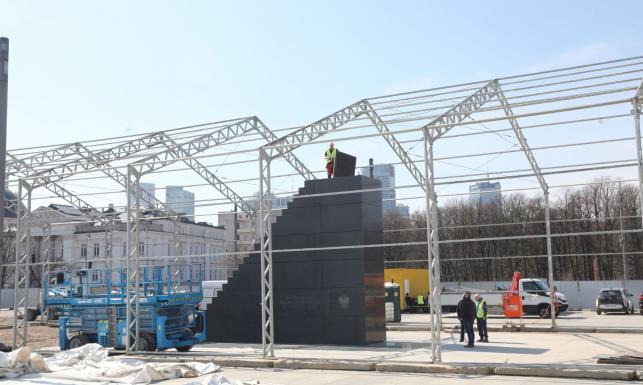 Tak wygląda pomnik ofiar katastrofy smoleńskiej. ZDJĘCIA z placu Piłsudskiego w Warszawie