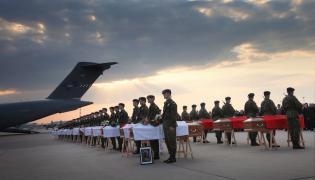 Trumny z ciałami ofiar katastrofy smoleńskiej na lotnisku wojskowym na warszawskim Okęciu