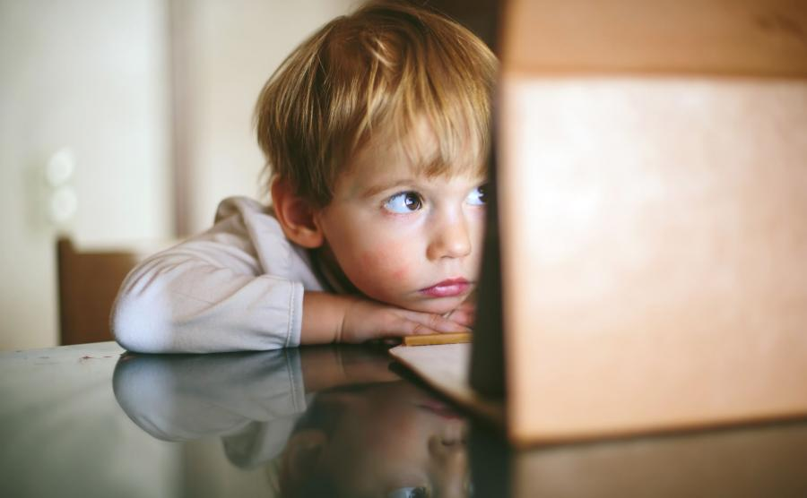 Dziecko korzystające z internetu