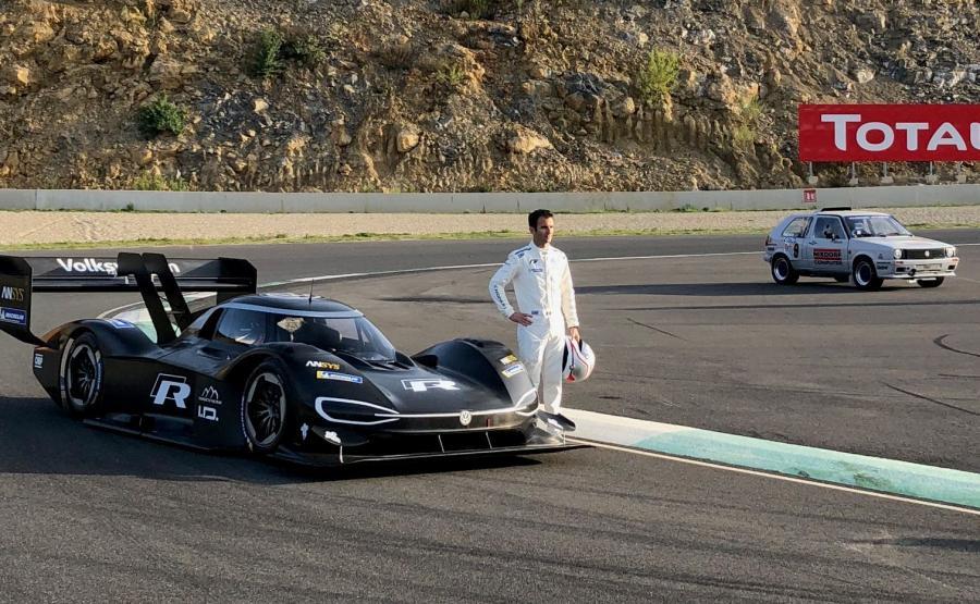 Volkswagen I.D. R Pikes Peak i Romain Dumas. W tle Golf Bi-Motor