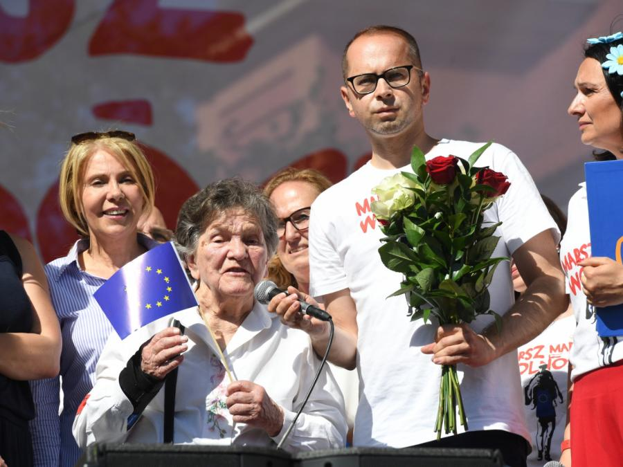 Uczestniczka Powstania Warszawskiego Wanda Traczyk-Stawska (L) i poseł PO Michał Szczerba (P) podczas finału \
