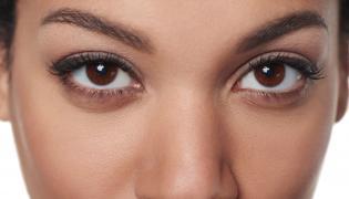 Kobieta o brązowych oczach
