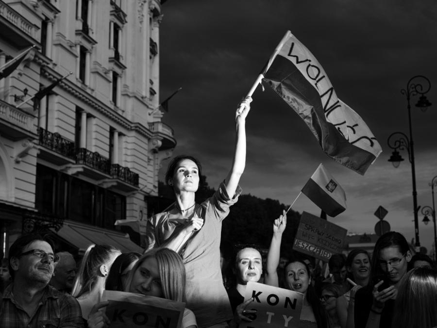 Zdjęcie Ludzie uczestniczą w proteście przeciwko reformom sądownictwa w Warszawie, autorstwa Adama Lacha