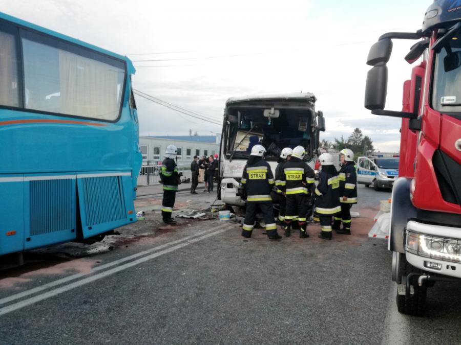 Miejsce wypadku dwóch autokarów na drodze krajowej nr 74 w miejscowości Rusiec koło Bełchatowa