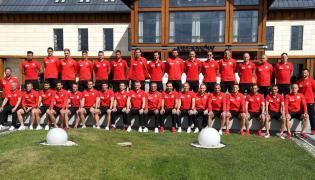 Sztab szkoleniowy i zawodnicy piłkarskiej reprezentacji Polski pozują do zdjęcia przed odjazdem ze zgrupowania kadry w Arłamowie