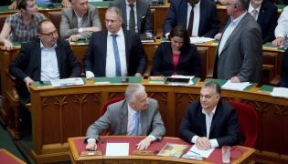 "Premier Viktor Orban i deputowany Zsolt Semjen podczas głosowania nad pakietem ""Stop Soros"""