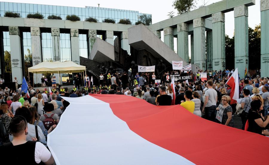 Manifestacja przeciwników reformy sądownictwa przed siedzibą Sądu Najwyższego w Warszawie