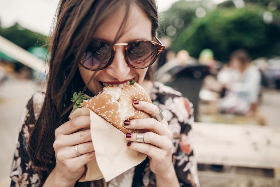 Kobieta je burgera