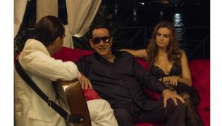 """Tony Servillo (w środku) jako Silvio Berlusconi oraz Katarzyna Smutniak w filmie """"Loro"""""""