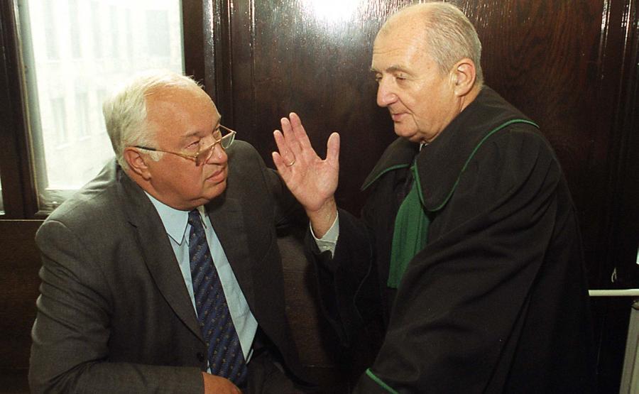 Oskarżony Dariusz Przywieczerski i mec. Czesław Jaworski w procesie w sprawie afery FOZZ