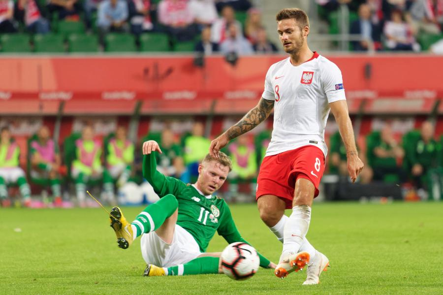 Piłkarz reprezentacji Polski AKarol Linetty (P) i Aiden O'Brien (L) z Irlandii