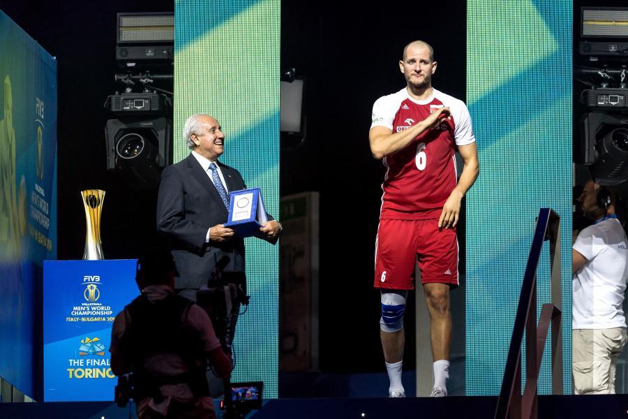 Najbardziej wartościowy zawodnik (MVP) siatkarskich mistrzostw świata, Polak Bartosz Kurek (P) i prezydent Międzynarodowej Federacji Piłki Siatkowej Ary S. Graca (L)