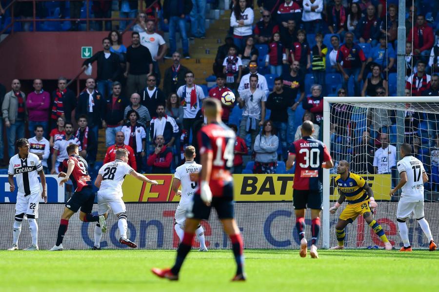 Krzysztof Piątek strzela gola w meczu z Parmą