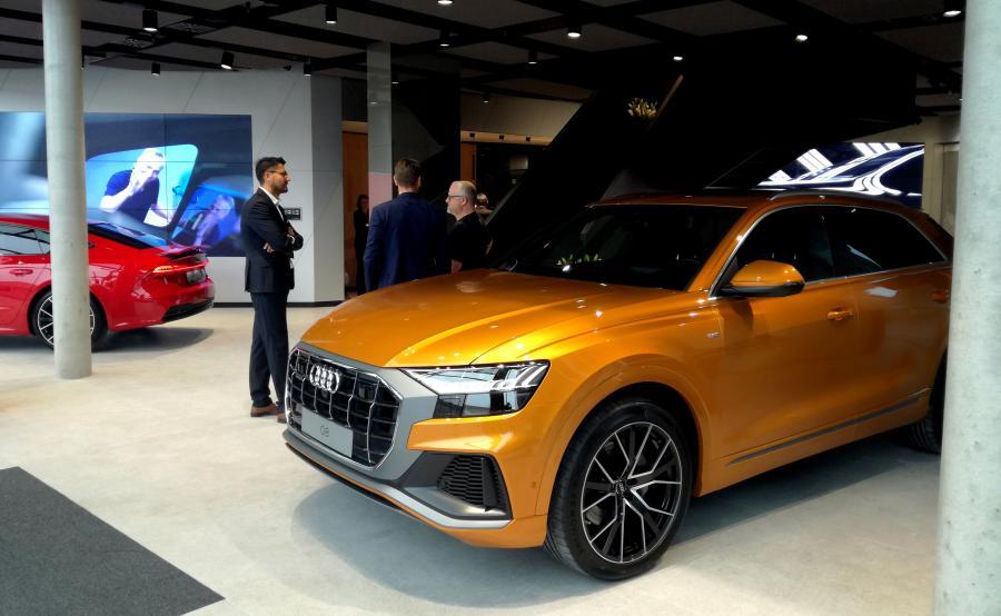 Miejsca, w których powstają salony Audi City, to najbardziej prestiżowe lokalizacje w centrach światowych metropolii – w przypadku Warszawy firma zdecydowała się na Plac Trzech Krzyży, który jest zagłębiem stołecznej elegancji i ekskluzywnych marek. Na foto Audi Q8 w Audi City Warszawa