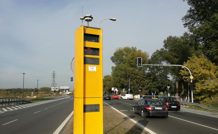 """W tym duecie przewodzi fotoradar - by zadziałała kamera zdjęcie auta, którego kierowca złamał przepisy najpierw musi zrobić """"żółty strażnik"""""""