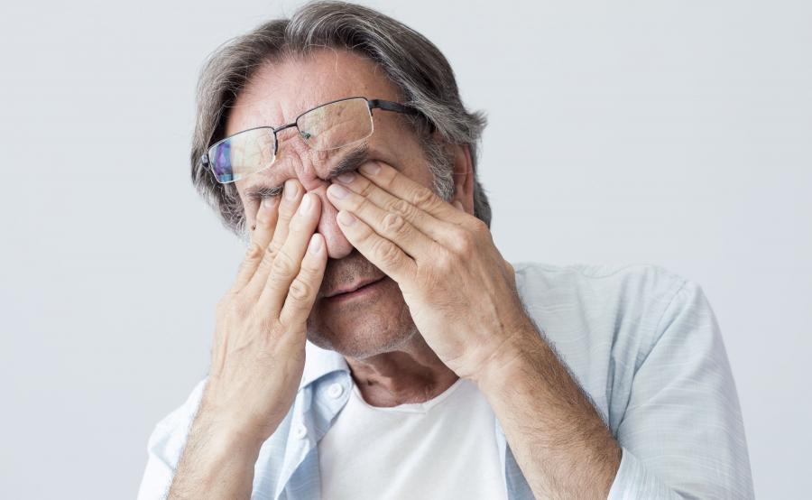 Mężczyzna przeciera oczy