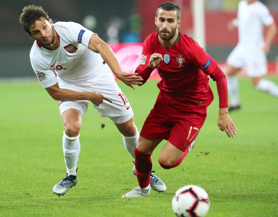 Polak Bartosz Bereszyński (L) i Rafa Silva (P) z Portugalii podczas meczu piłkarskiej Ligi Narodów w Chorzowie