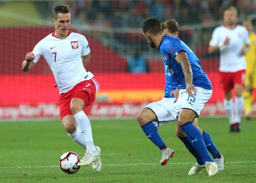 Zawodnik reprezentacji Polski Arkadiusz Milik (L) i Włoch Cristiano Biraghi (P) podczas meczu Ligi Narodów