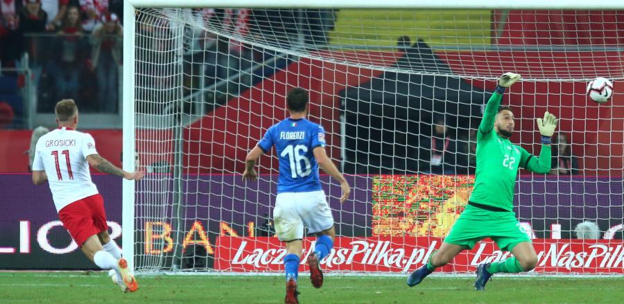 Zawodnik reprezentacji Polski Kamil Grosicki (L), bramkarz reprezentacji Włoch Gianluigi Donnarumma (P) i Alessandro Florenzi (C)