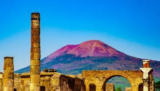 Ruiny w Pompejach na tle Wezuwiusza