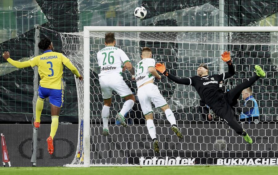 Piłkarz Lechii Gdańsk Błażej Augustyn (2P) strzela bramkę podczas meczu Ekstraklasy z Arką Gdynia