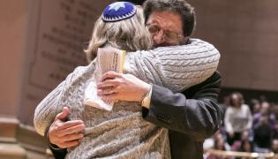 Uczestnicy czuwania w intencji ofiar masakry w synagodze w Pittsburghu