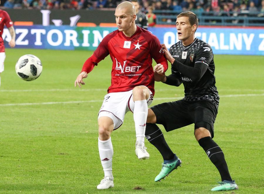 Zawodnik Wisły Kraków Zdenek Ondrasek (L) i Arkadiusz Jędrych (P) z Zagłębia Sosnowiec